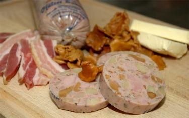 Pfälzer Saumagen verfeinert mit Pfifferlingen, Speck und Butter.
